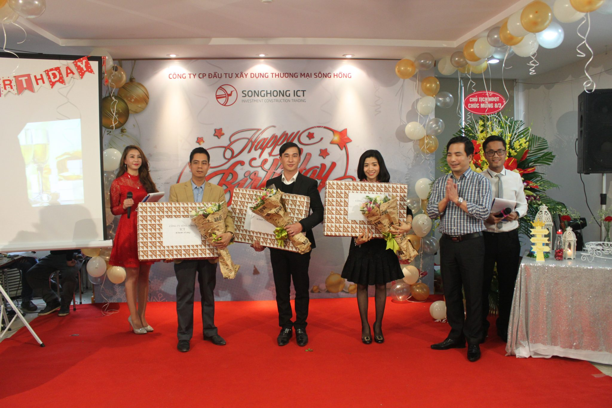 Đại diện 3 công ty có sinh nhật lên nhận những phần quà và bó hoa tươi thắm từ Ban lãnh đạo