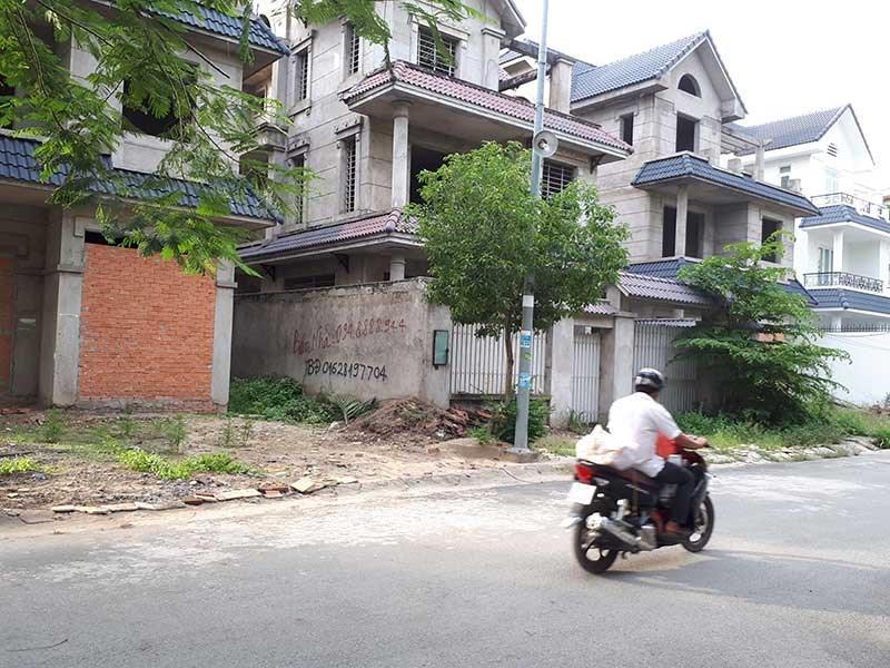 Những dự án bất động sản đang 'trùm mền' có cơ hội hồi sinh sau khi nghị quyết xử lý nợ xấu được thông qua. Trong ảnh: Một khu biệt thự bỏ không tại quận 9, Tp.HCM đang. Ảnh: Thùy Linh