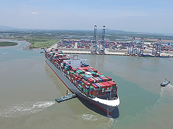 Tỉnh BR-VT kiến nghị kiến nghị Chính phủ sớm xem xét phê duyệt vị trí đổ thải bùn để công tác nạo vét luồng sớm được thi công, bảo đảm độ sâu luồng để tiếp nhận tàu trọng tải lớn.Trong ảnh: Tàu trọng tải chuẩn bị cập cảng CMIT.